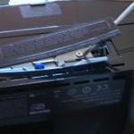 Der Deckel kann mit einem Schraubenzieher angehoben werden