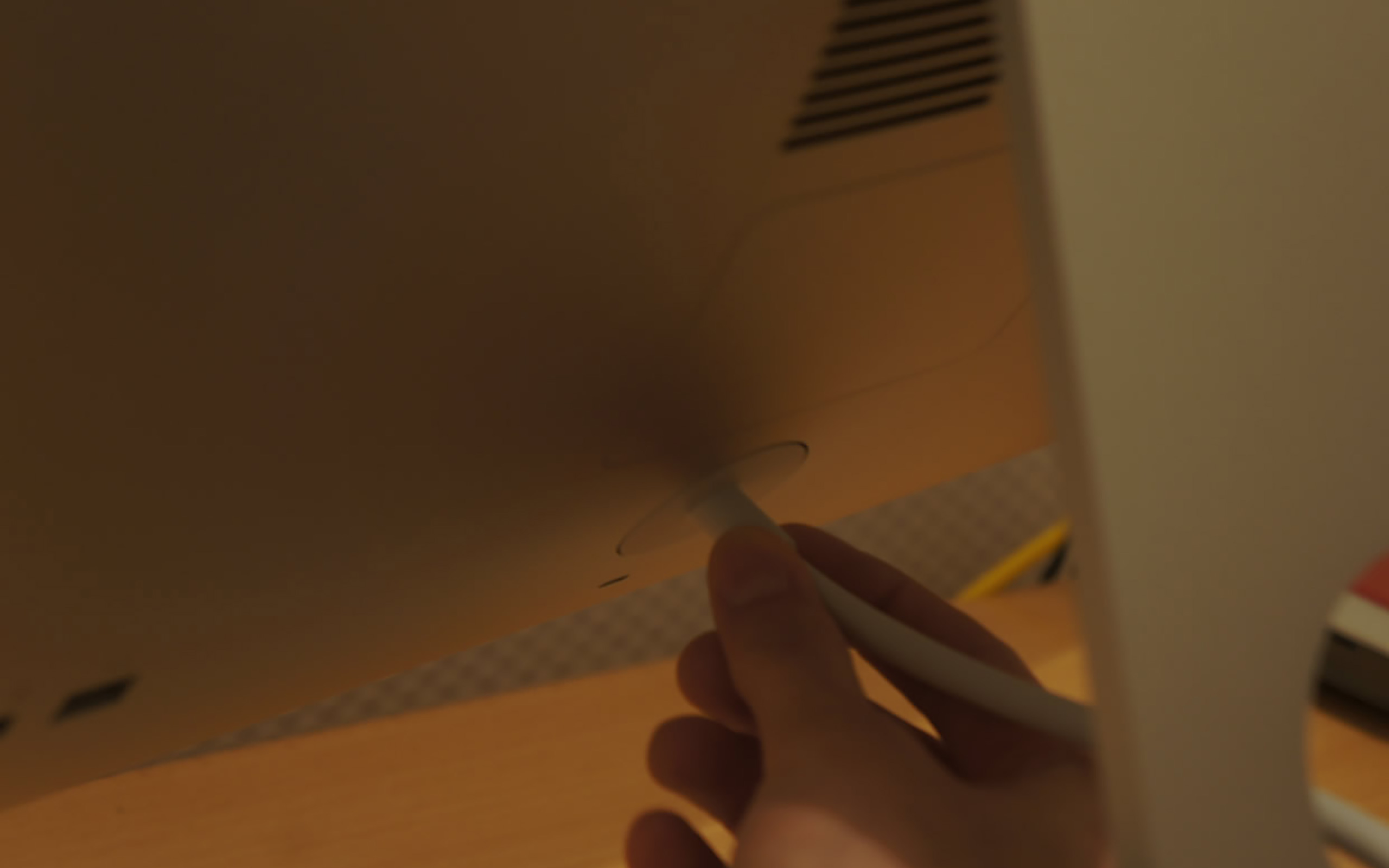 Das Netzkabel hintem am iMac abziehen.