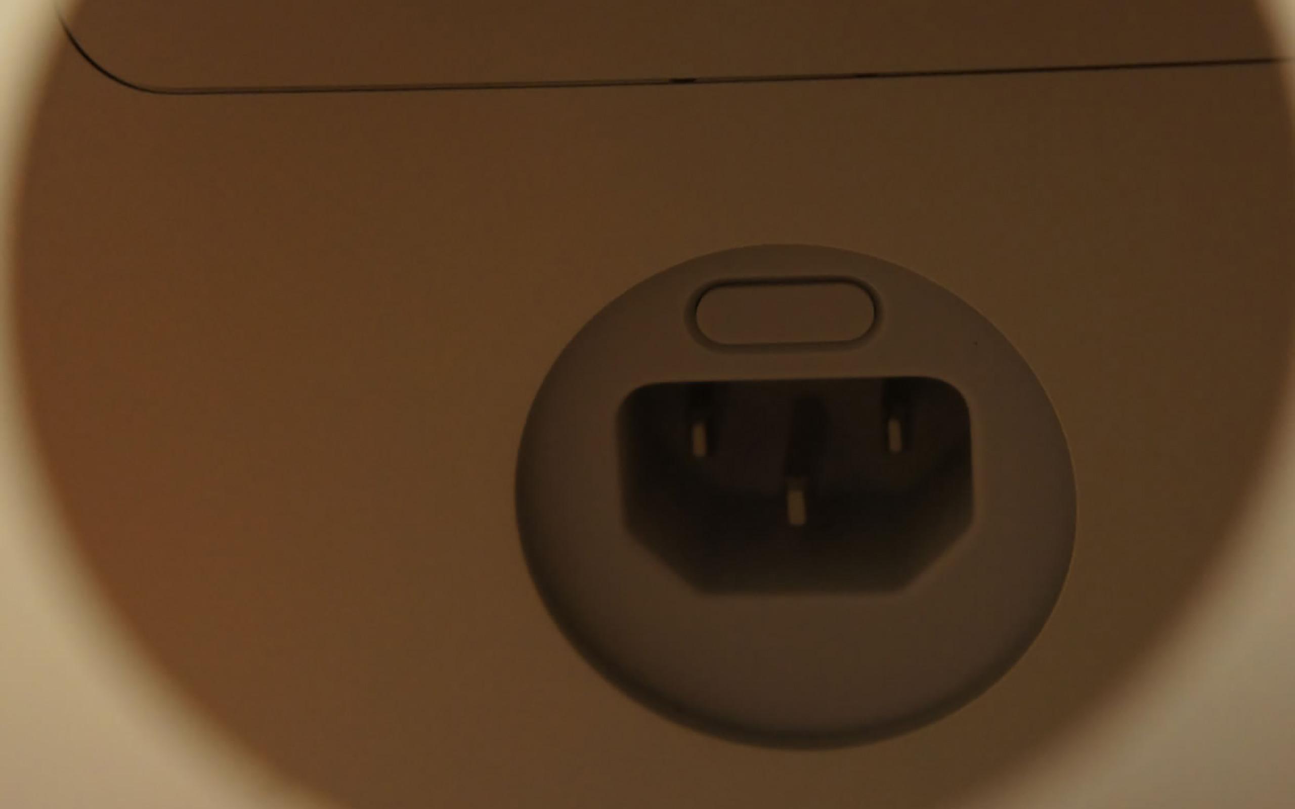 Die kleine graue Taste knapp über dem Netzanschluss drücken.