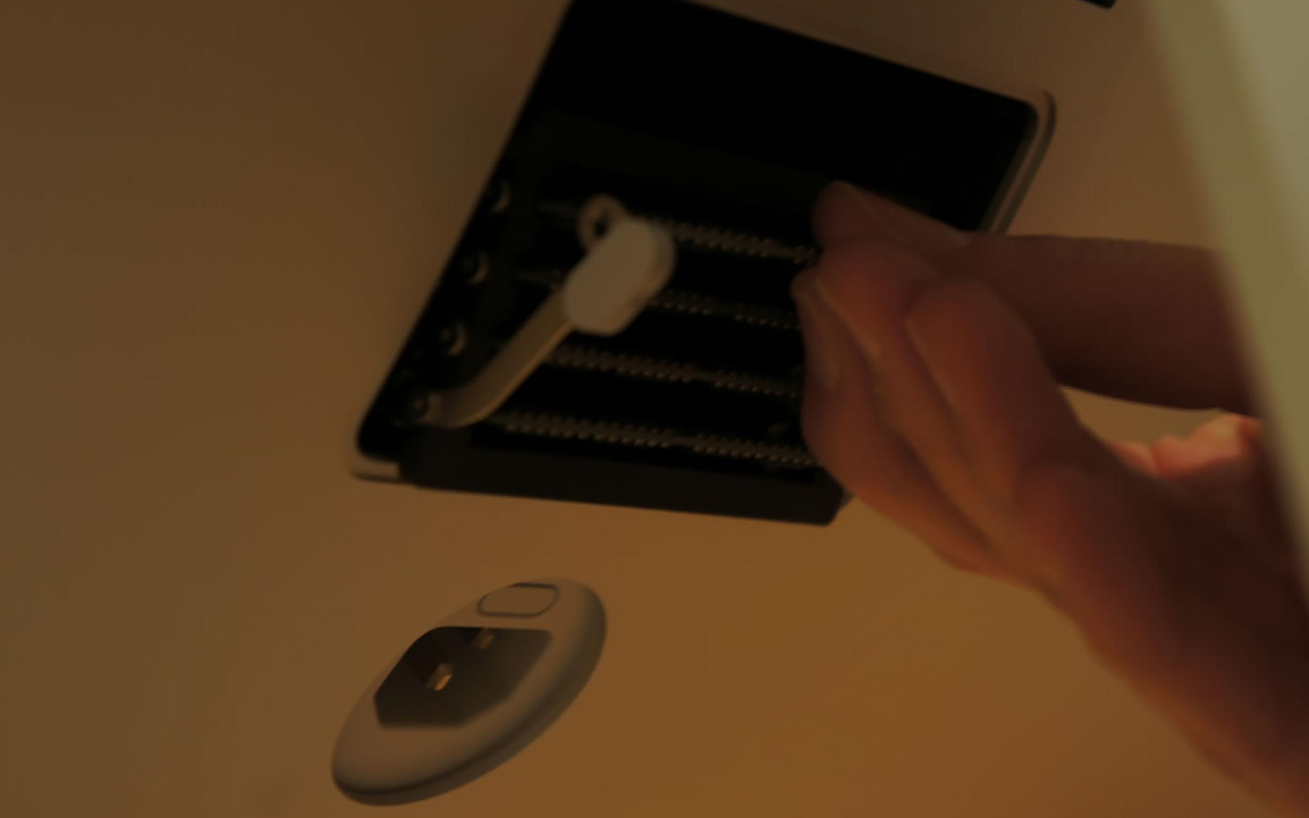 Die zwei Verriegelungen nach außen drücken, um das Speicherfach zu lösen und den Arbeitsspeicher auszutauschen.