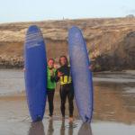 Celina und Surf-Lehrer Alejandro.