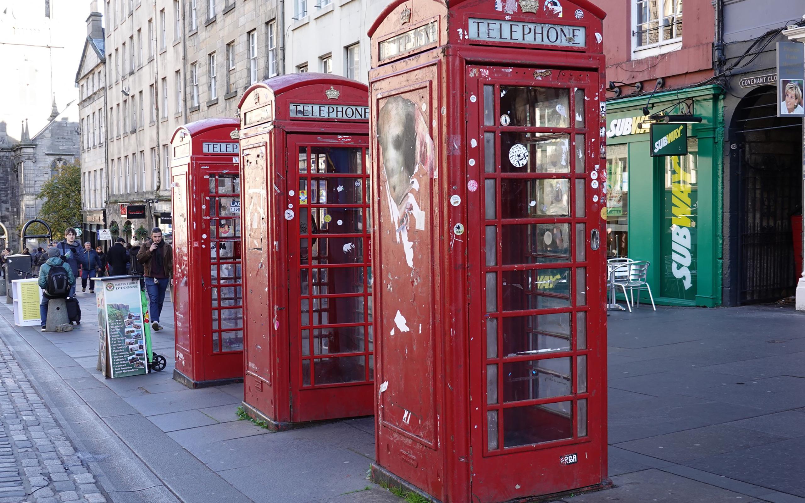 Die typischen roten Telefonzellen, es gibt sie noch.