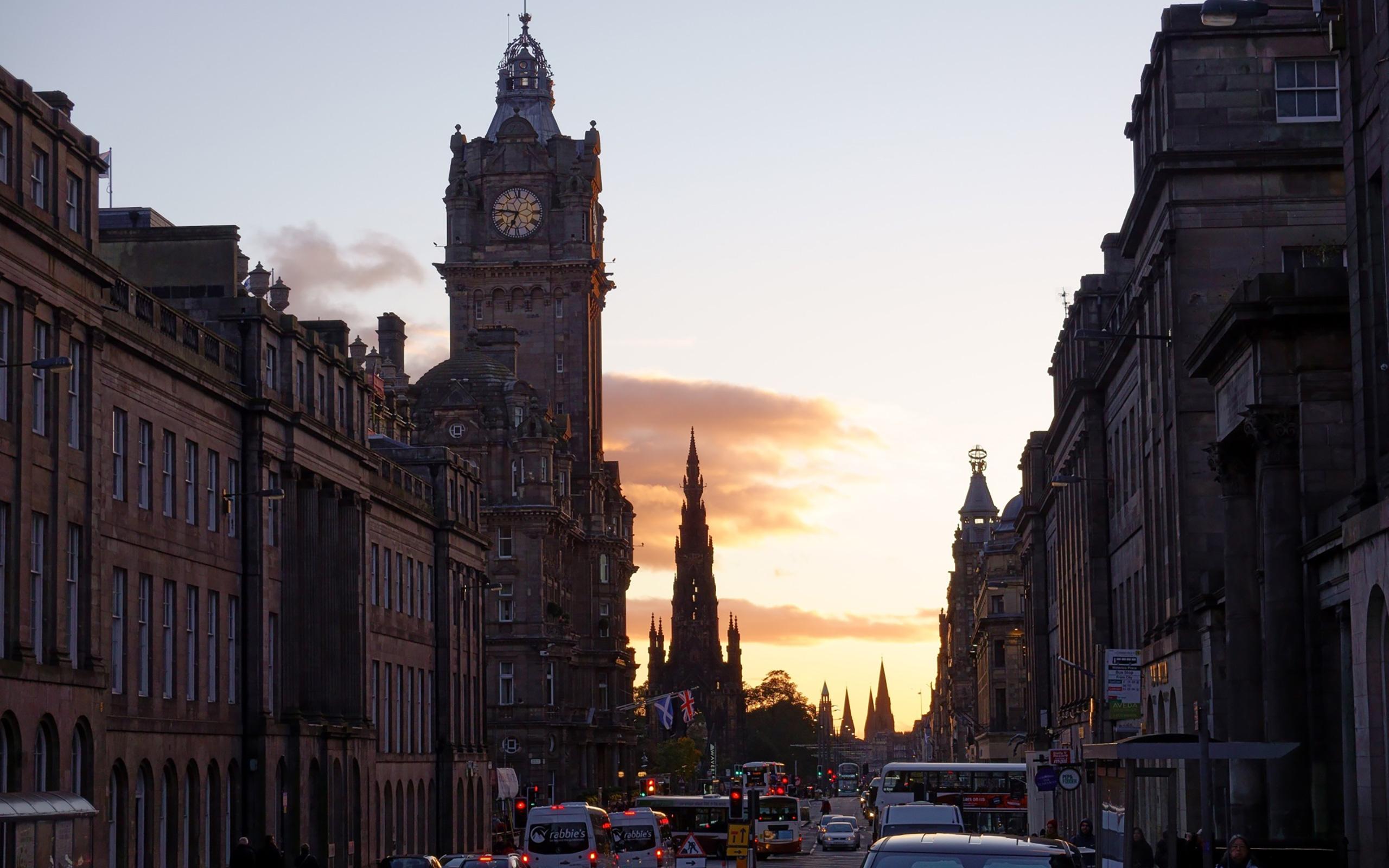 Die Princes Street im Sonnenuntergang.