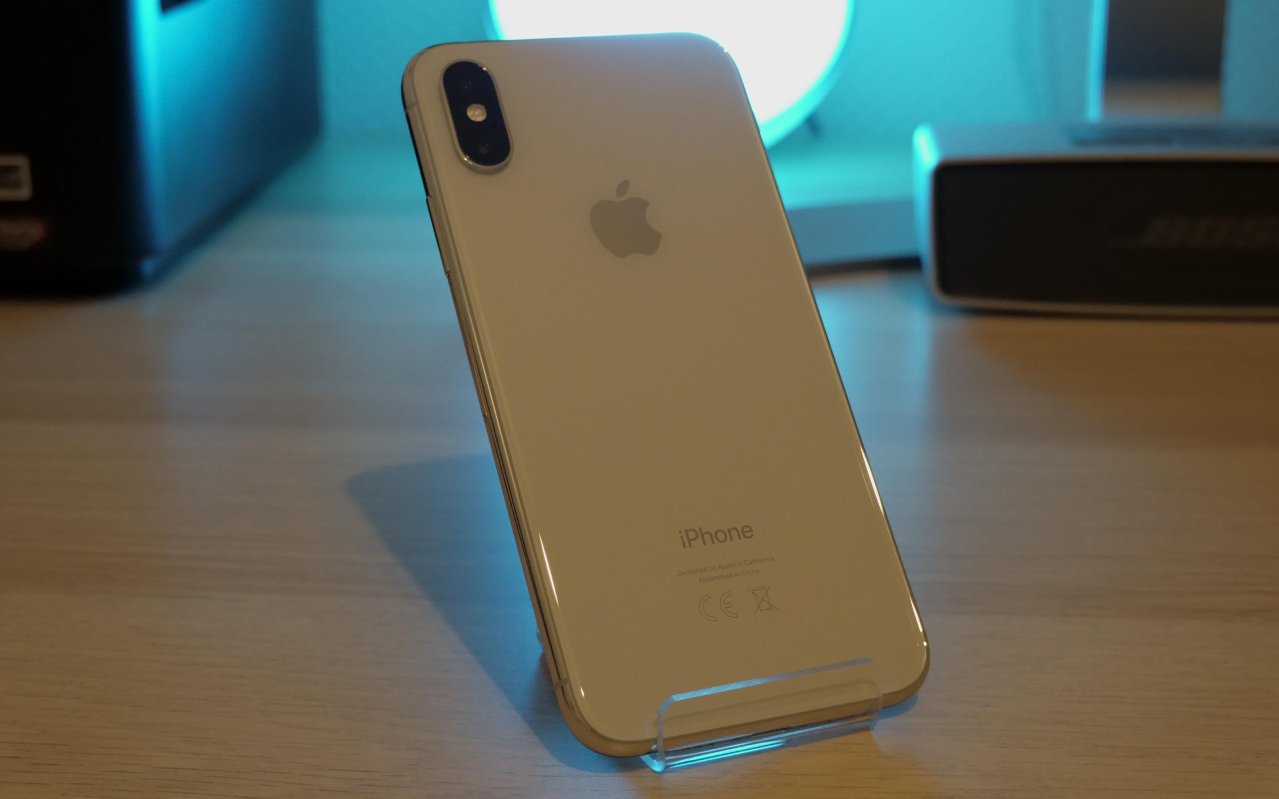 Das iPhone XS lässt sich durch die Rückseite aus Glas kabellos laden.