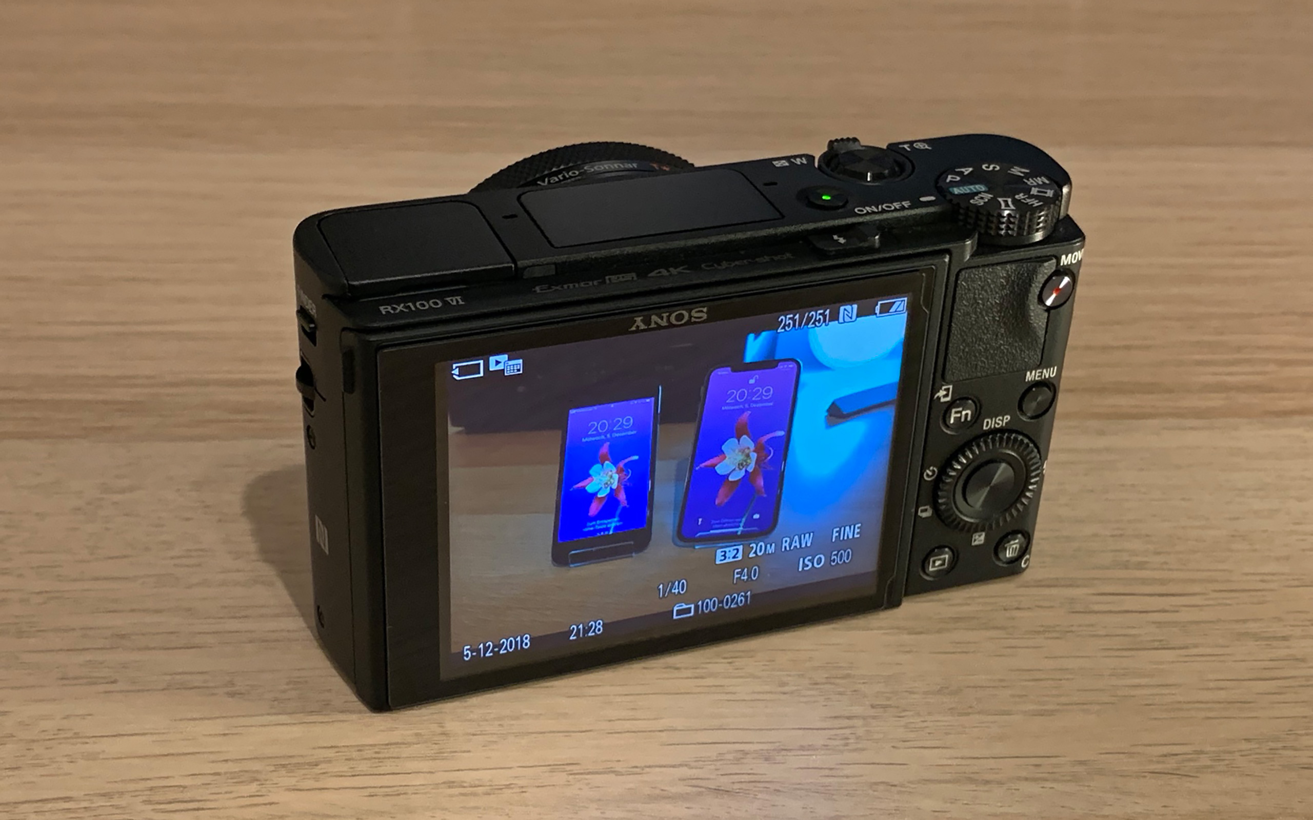 7,5 cm TFT-LCD mit 921.600 Bildpunkten.