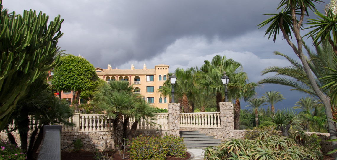 Ein Gewitter mit Starkregen zieht auf.